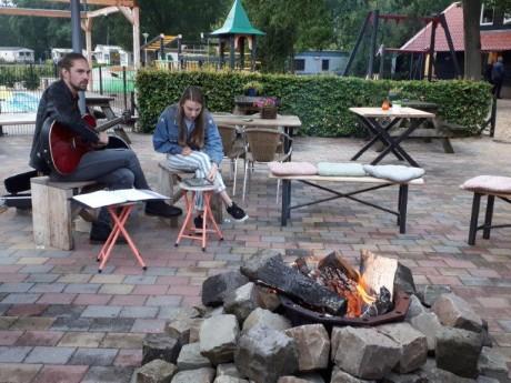 Muziek bij vuurtje op het terras.jpg
