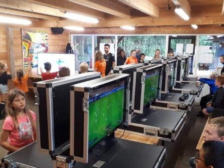 FIFA in de recreatieruimte.jpg